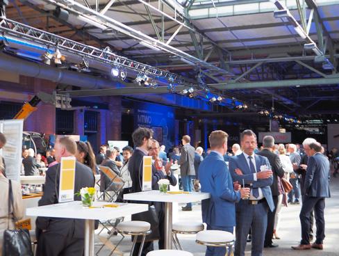 """Über 1.000 Gäste aus Verbänden, Industrie, Politik, Forschung, Institutionen und Bauunternehmen waren auf dem """"Tag der Deutschen Bauindustrie"""" geladen. Am 17. Mai kamen sie für die hochkarätigen Vorträge und zum Netzwerken in der """"Station"""" im Gleisdreieck Berlin zusammen."""