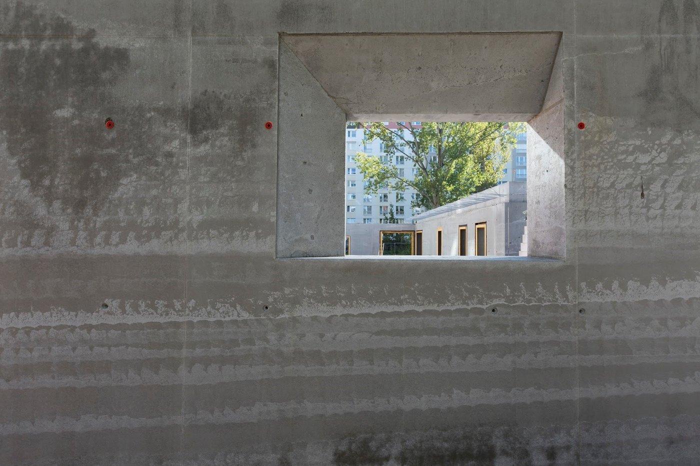 Wall made of ultra-lightweight concrete