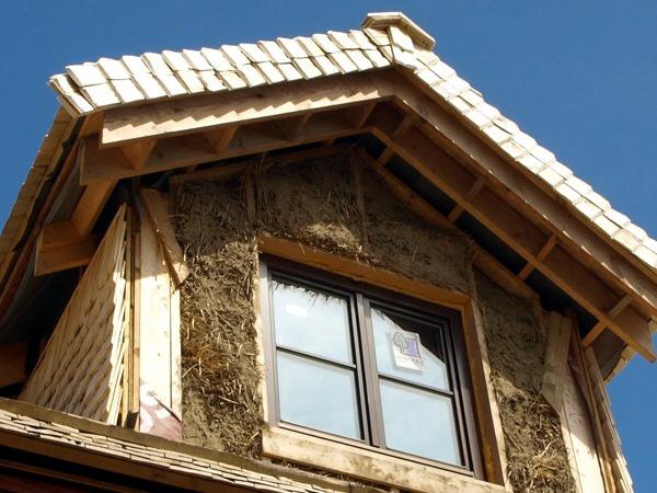 Eine Dachkonstruktion aus Strohballen