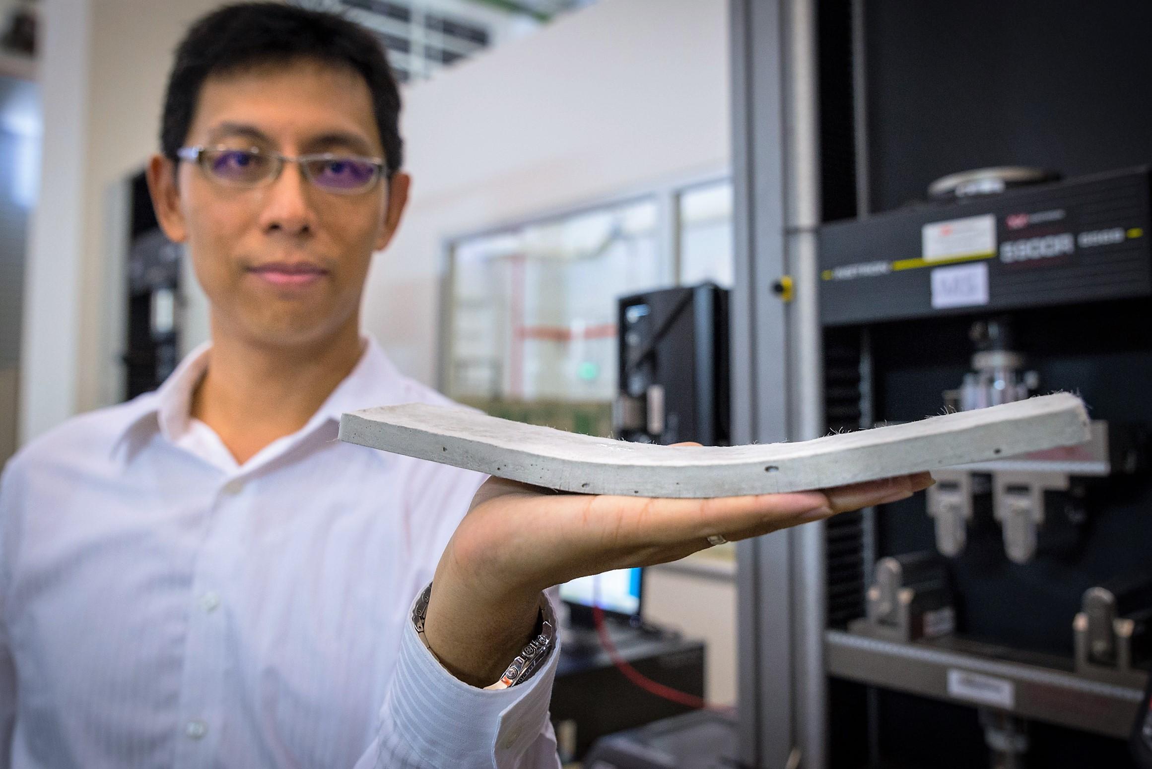 NTU Assistant Professor Yang En-Hua zeigt den flexiblen Beton, den sein Team entwickelt hat.