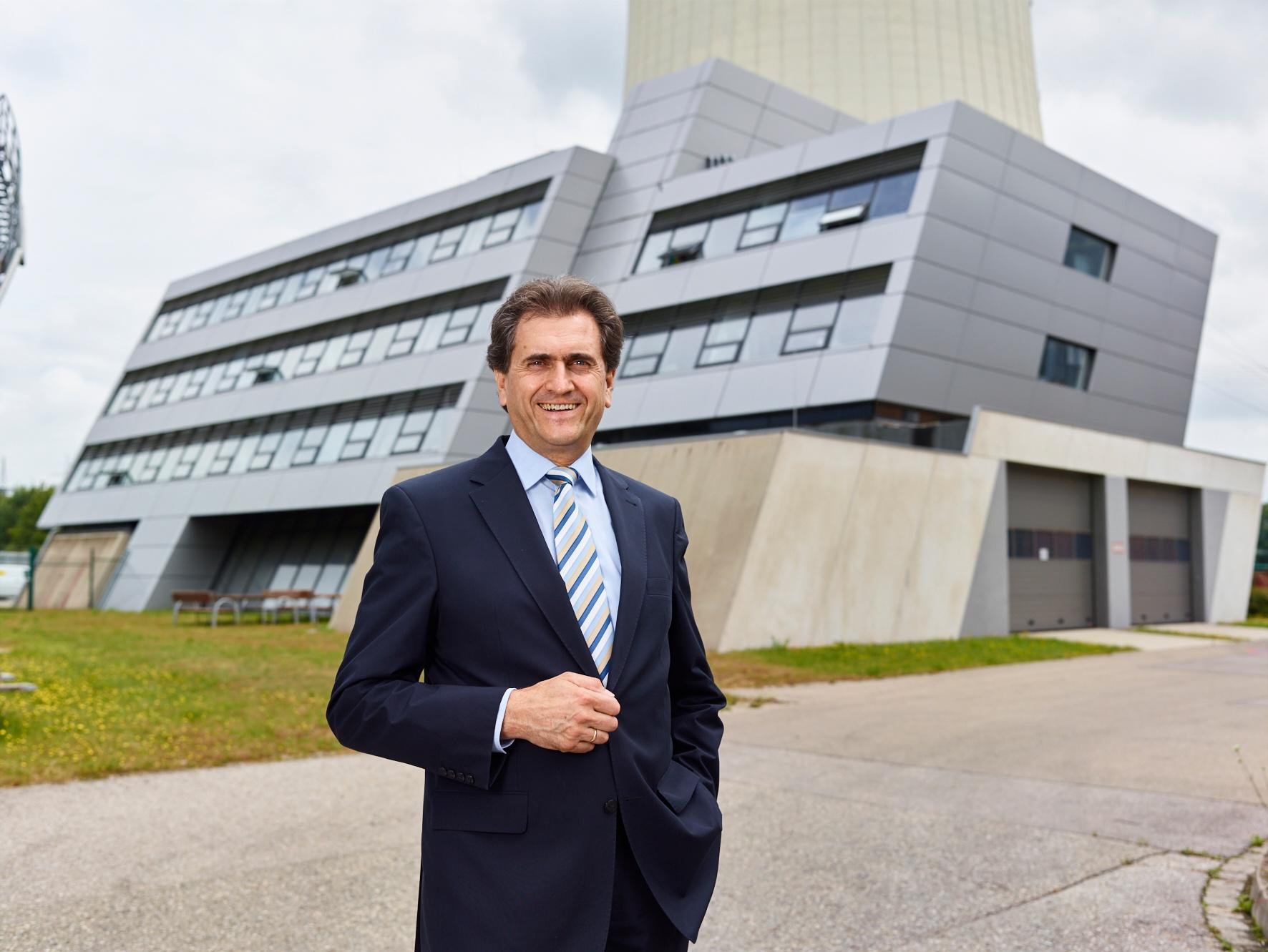 Walter Muck vor dem E.ON Verwaltungsgebäude beim Kraftwerk in Zolling bei München