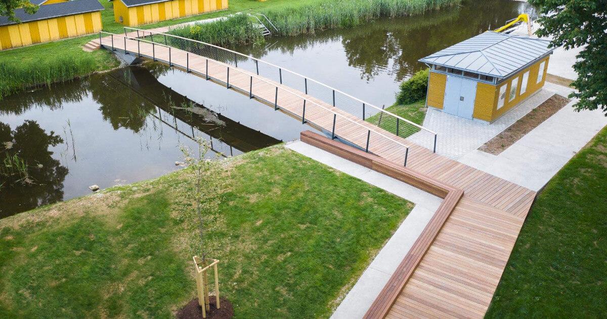 Wie Stahl, nur aus Holz: Brücke im Flussbad Oettingen